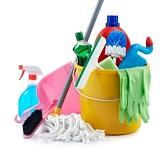 7142303-groupe-de-produits-de-nettoyage-assortis-sur-fond-blanc